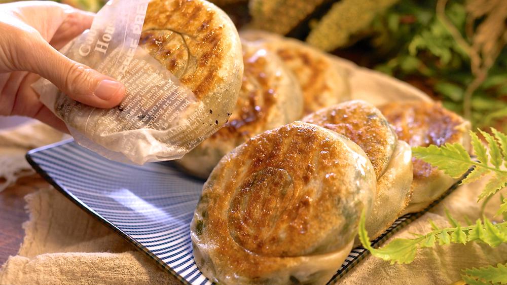 皮薄餡多的宜蘭蔥餅,滿滿的蔥花香,必學夜市小吃!